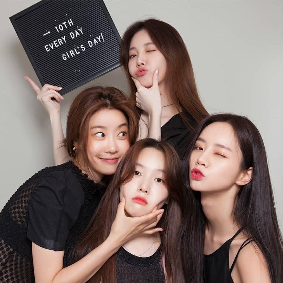 Girls Day chụp ảnh thân thiết mừng 10 năm thành lập nhóm.