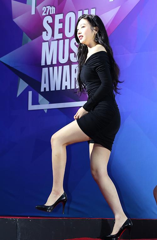 Trong Red Velvet, Joy có chiều cao khủng hơn cả là 1,67 m, lấn át các thành viên còn lại trong nhóm. Dù vậy, khi tham gia sự kiện, nữ idol không thể thiếu những đôi giày gót nhọn trên 9 cm.