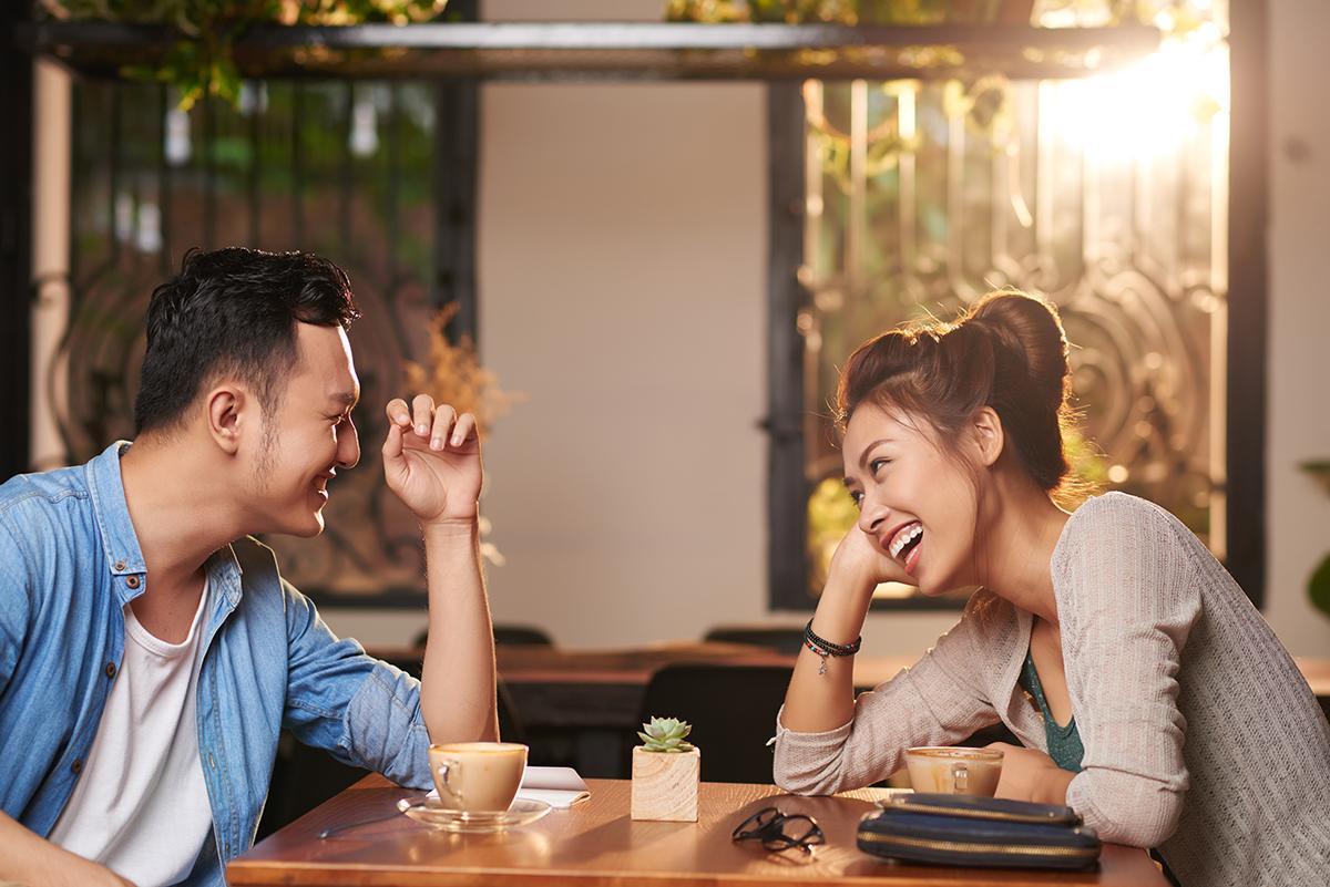 Trò chuyện về sở thích của nhau sẽ giúp kéo gần khoảng cách giữa bạn và người ấy. Ảnh: Shutterstock.