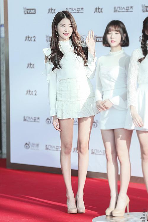 Đôi chân dài như kiếm Nhật của So Won càng được tôn lên khi cô nàng đi giày cao gót tông nude tương đồng với da thật.