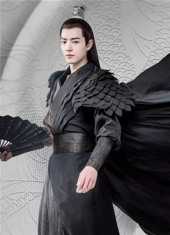 Tiêu Chiến nổi bật với trang phục áo đen trong vai vương gia Bắc Đường Mặc Nhiễm của Ôi hoàng đế bệ hạ của ta. Nhân vật này vừa độc đoán, vừa dịu dàng. Trang phục đen phần nào gợi tả được tính cách của Mặc Nhiễm. Tiêu Chiến trông vừa ngầu với nam tính với bộ quần áo này.