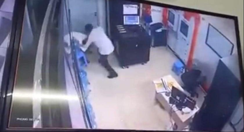 Đối tượng hành hung nữ nhân viên bảo vệ. Ảnh: Cắt từ clip.