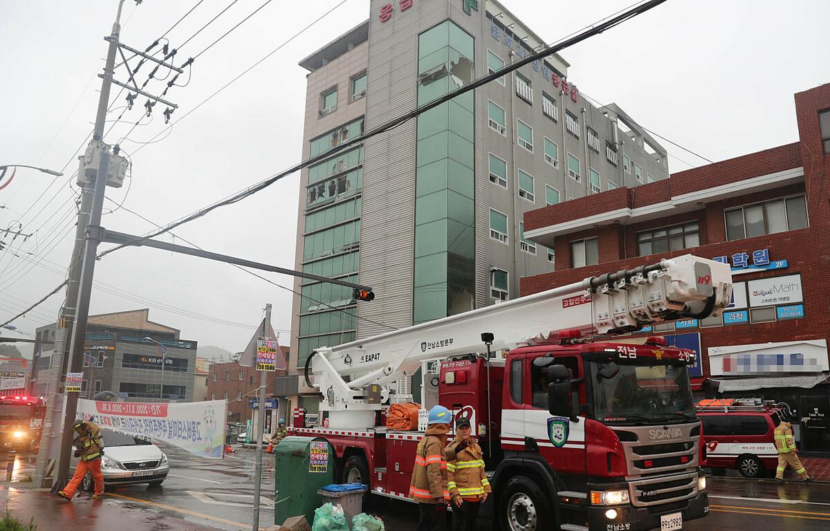 Xe cứu hỏa làm nhiệm vụ tại tòa nhà bệnh viện ở Goheung. Ảnh: Yonhap.