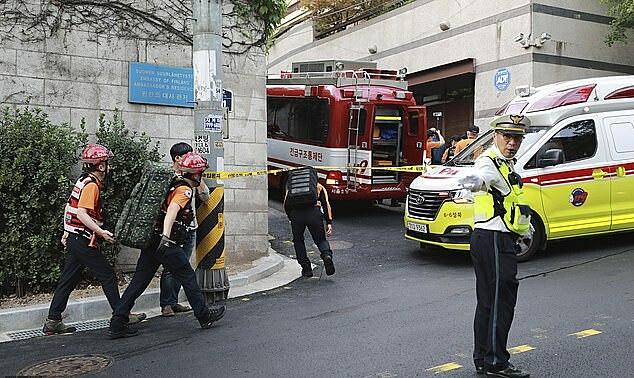 Cảnh sát và nhân viên cứu hộ được triển khai để tìm kiếm. Ảnh: AP.
