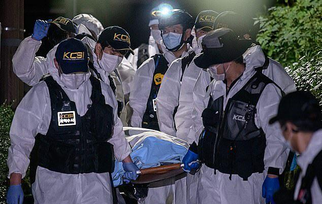 Cảnh sát di chuyển thi thể thị trưởng Seoul Park Won-soon tới bệnh viện Đại học Quốc gia Seoul rạng sáng nay. Ảnh: AFP.