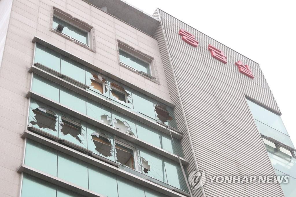 Cửa sổ bị vỡ do vụ hỏa hoạn. Ảnh: Yonhap.
