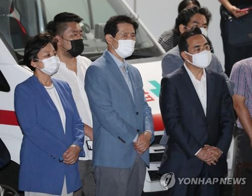 Thành viên Đảng dân chủ đến trước bệnh viện Đại học quốc gia Seoul.