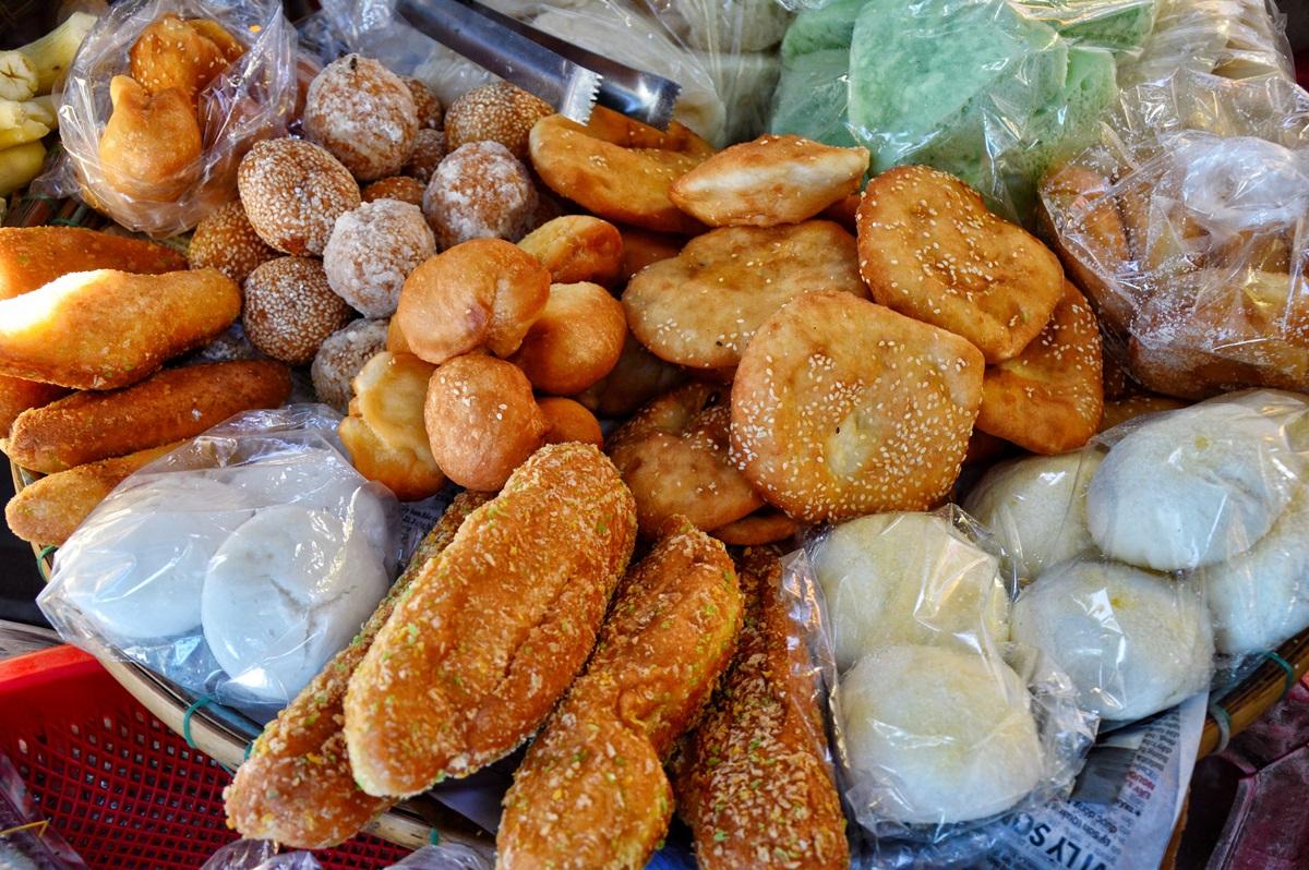 Ngoài ra, đi khắp các chợ Huế và những gánh hàng rong trên đường, thực khách có thể bắt gặp nhiều món bánh ngọt, bánh bò, bánh mì chiên... với giá từ 3.000 đến 5.000 đồng.