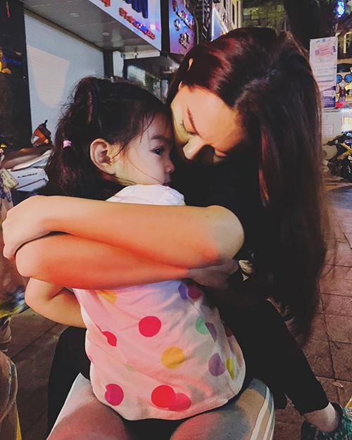 Phạm Quỳnh Anh nhắn nhủ con gái: Hai đứa mình ôm ấp nhau giữa lòng Thủ Đô - quê hương yêu dấu của mẹ