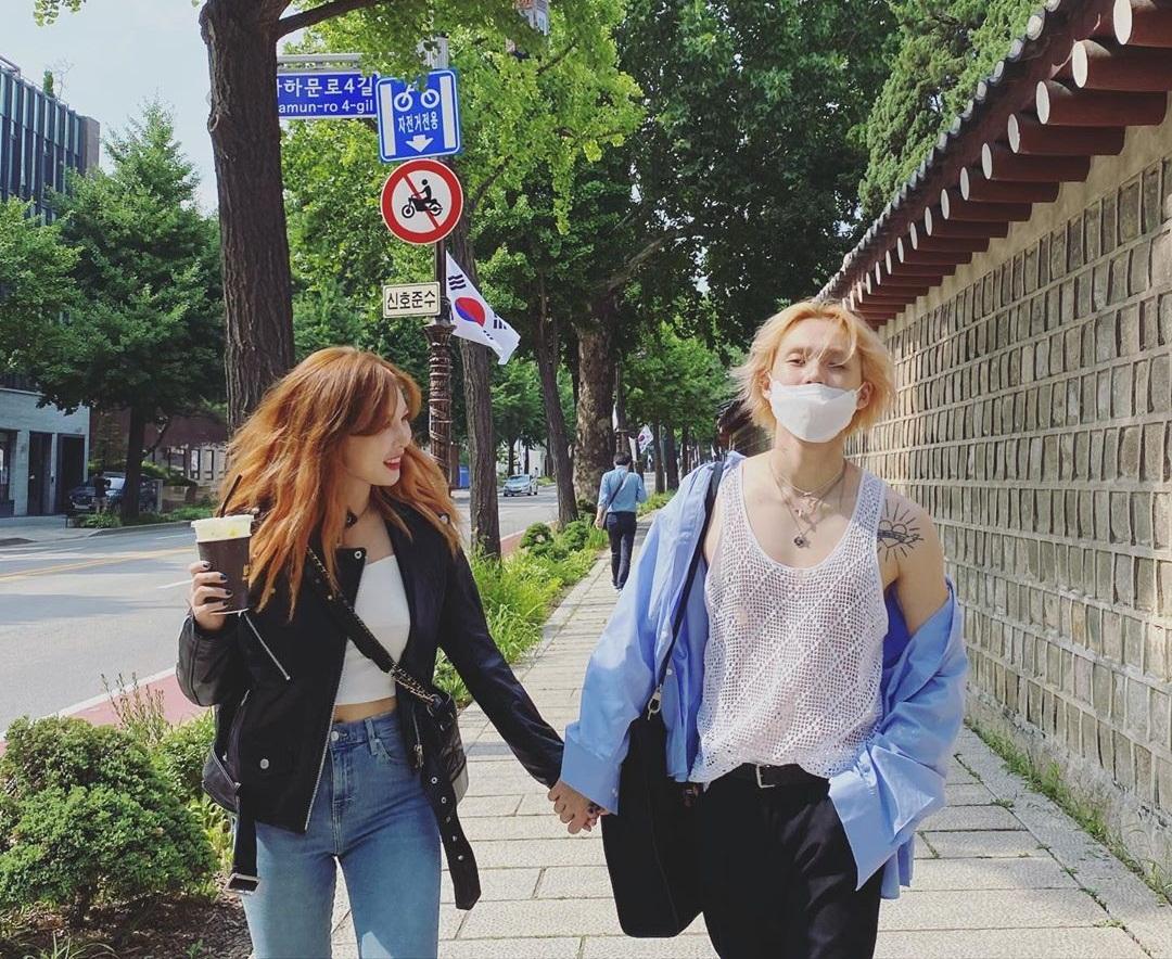 Hyuna và Dawn tay trong tay dạo phố đầy ngọt ngào khiến fan GATO. Hai người luôn chọn đồ đồng điệu khoe style bắt mắt.