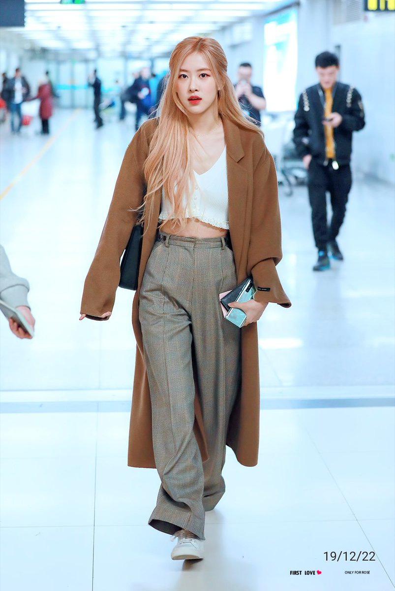 Cách mix croptop và quần suông dài mang đến cho Rosé vẻ hiện đại, cá tính.