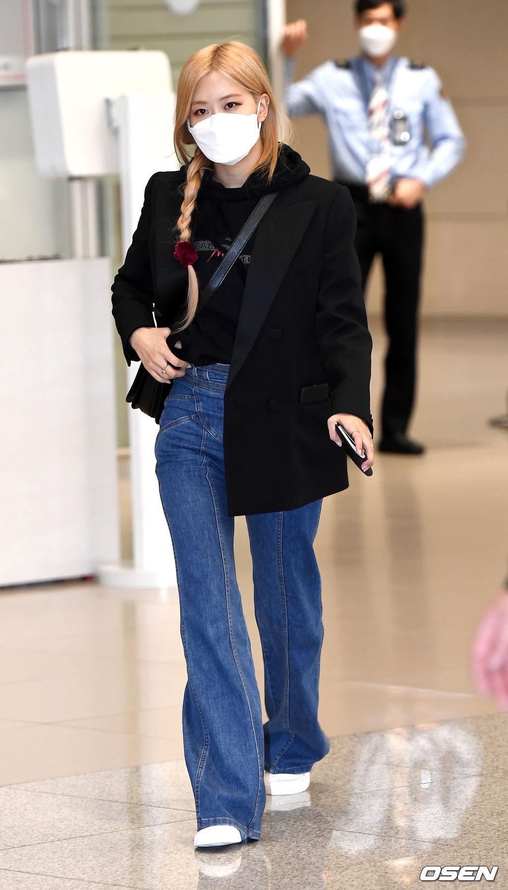 Nhược điểm chân của nữ idol cũng có thể khắc phục được bởi kiểu quần ống loe. Dáng quần này ôm sát vào đùi nhưng lại loe rộng phần bắp chân nên vòng kiềng mấy cũng thành thẳng.
