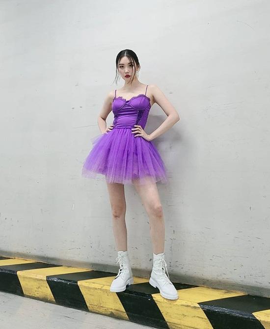 Sun Mi diện váy tím gợi cảm lên sân khấu.