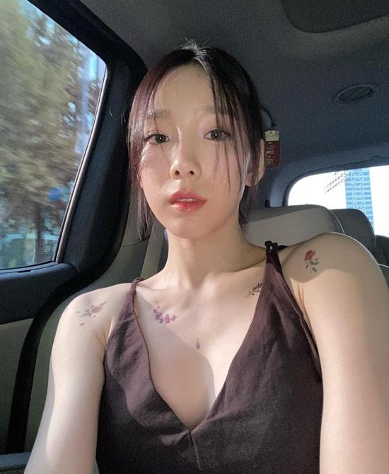 Tae Yeon lấp ló vòng một sexy, hút ánh nhìn với những hình xăm hoa hồng.