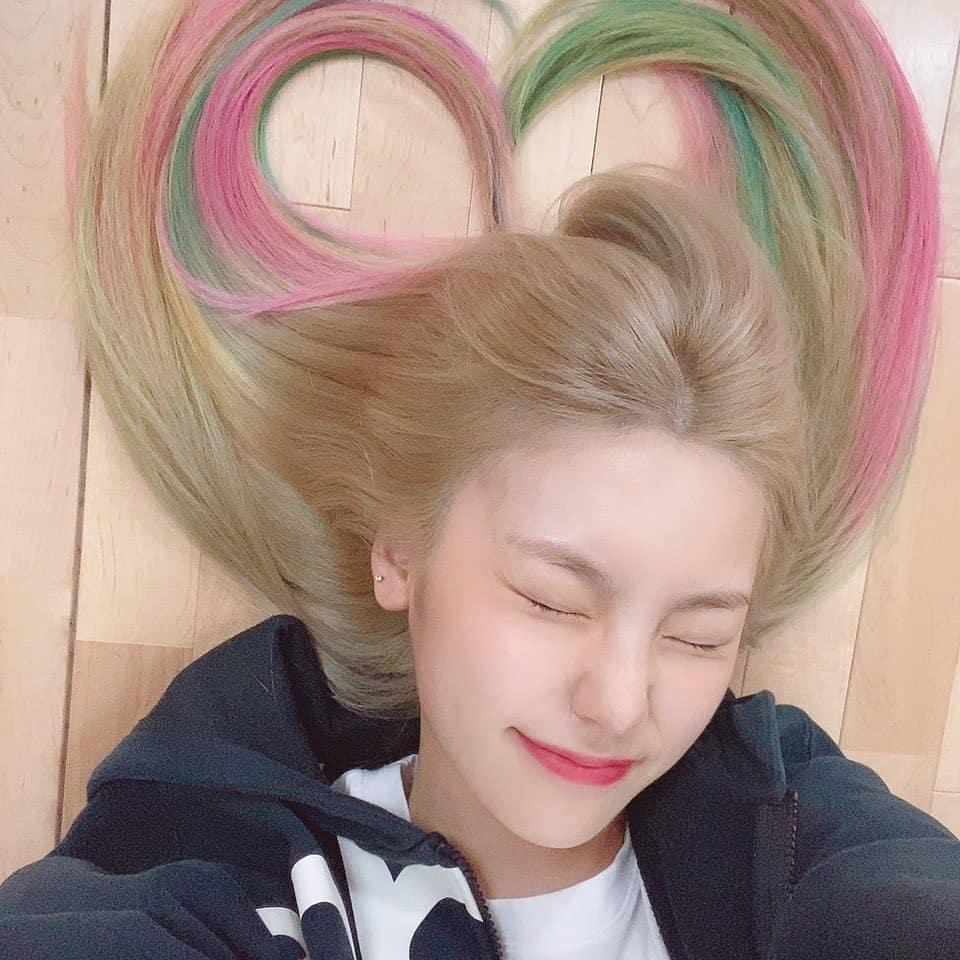 Yeji (ITZY) nhuộm tóc rực rỡ xếp thành hình trái tim dễ thương.