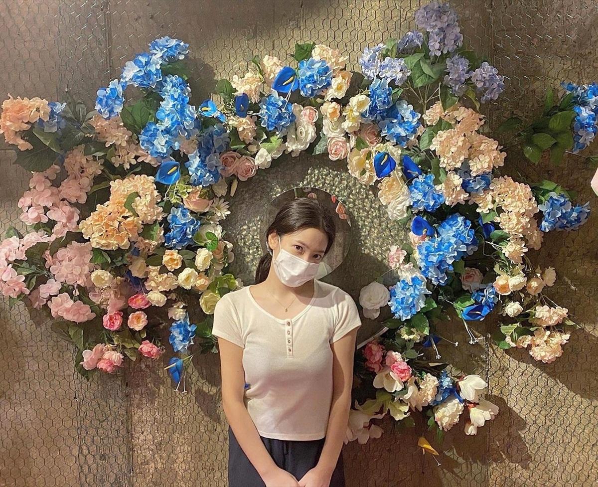 Yeri che mặt tạo dáng giữa hoa.