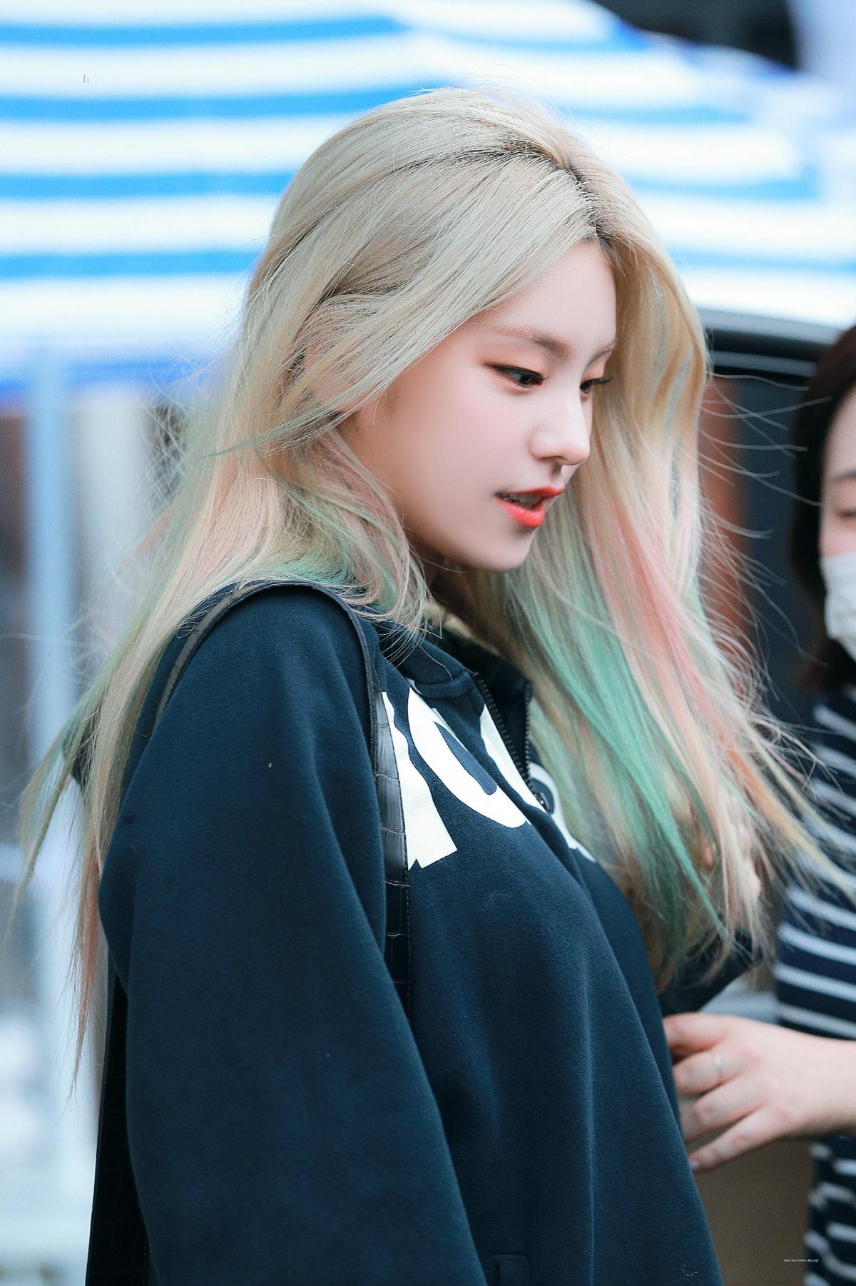 Yeji chơi lớn với kiểu tóc gẩy higlight 7 sắc cầu vòng phực tạp. Màu tóc của cô nàng được khen nức nở là độc lạ, huyền ảo giống như một nhân vật truyện tranh.