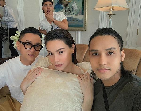 Trong hậu trường buổi photoshoot cho bộ sưu tập mới của nhà thiết kế Công Trí, cô cũng dùng một chiếc gối, che bụng bầu.