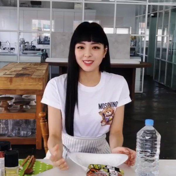 Fan chỉ trích stylist của ITZY vì cắt kiểu tóc xấu cho Yuna. Trước đó, nhiều người đã nhận xét nữ idol không hợp với tóc mái trên lông mày.
