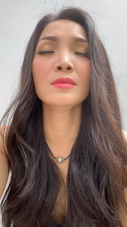 Gương mặt Hồng Ngọc sưng nhẹ và được che khéo bằng lớp make-up. Cô thấy mình may mắn vì vẫn duy trì được khuôn mặt mà bố mẹ sinh ra dù trải qua tai nạn.
