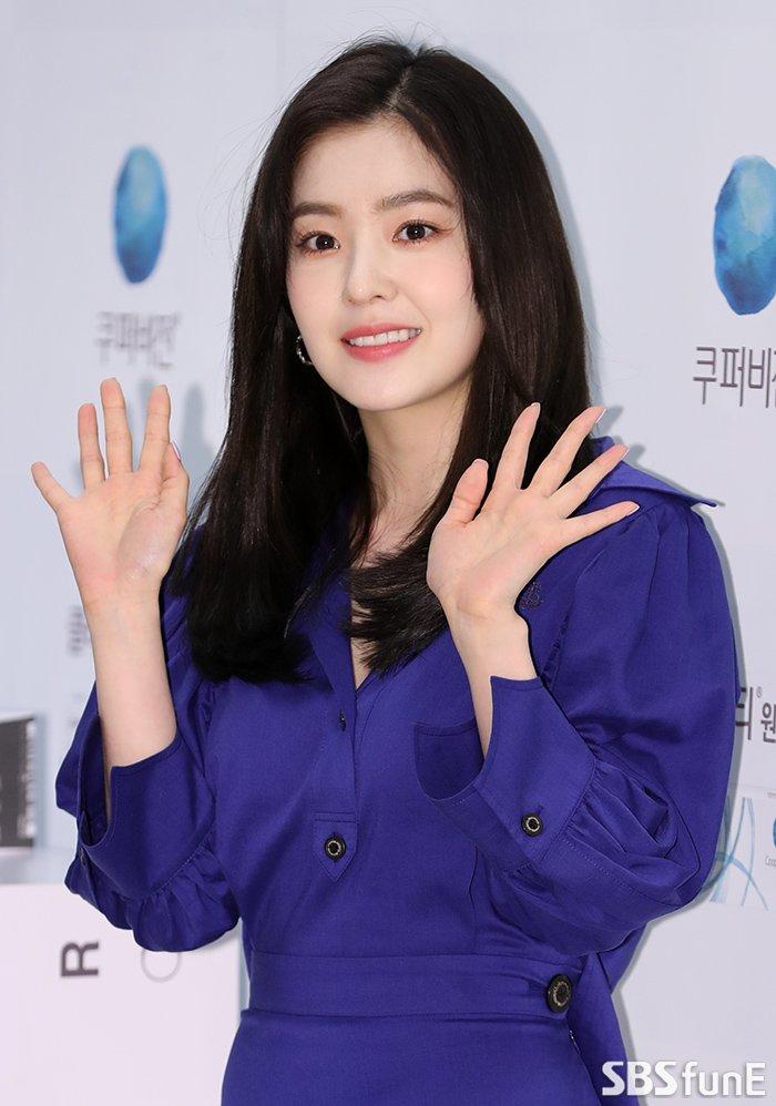 Trong một số bức ảnh báo đăng, Irene khiến fan thất vọng vì lộ những nếp nhăn nơi khóe miệng, khóe mắt.