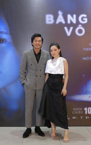 Quang Tuấn dẫn vợ đi ra mắt phim tại TP HCM ngày 7/7.