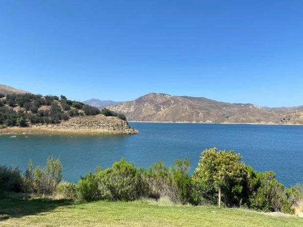Hồ Piru là điểm du lịch nổi tiếng ở ngoại ô Los Angeles. Ảnh: The Sun.