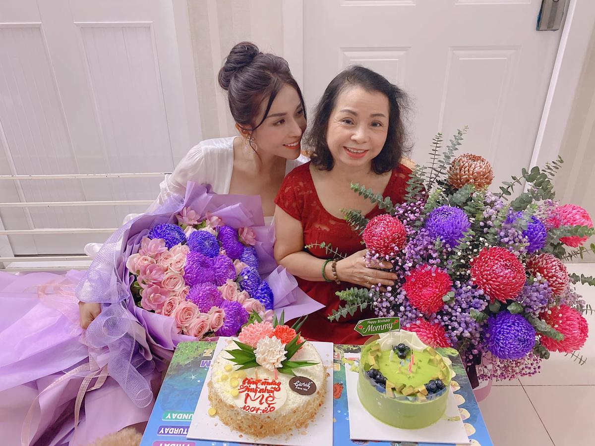 Khả Như hạnh phúc vì rất nhiều fan gửi tặng hoa, bánh cho mẹ trong ngày sinh nhật của bà.