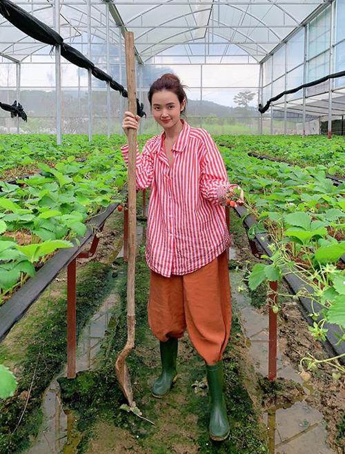 Diện style cô nông dân, Midu bày tỏ ý định bỏ thành phố để lên rừng sống.