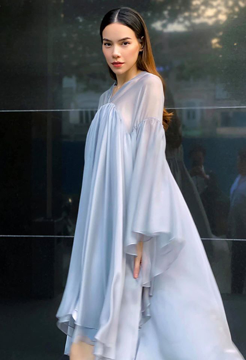 Cô nhiều lần ngầm khoe tin vui với khán giả qua trang phục. Nữ ca sĩ trung thành với những trang phục có phom dáng suông rộng bốn tháng trở lại đây.
