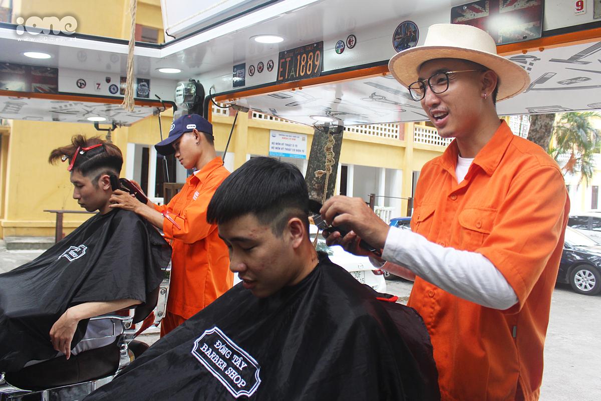 Anh Thành (bên tay phải) đang tạo kiểu tóc mới cho Trân.