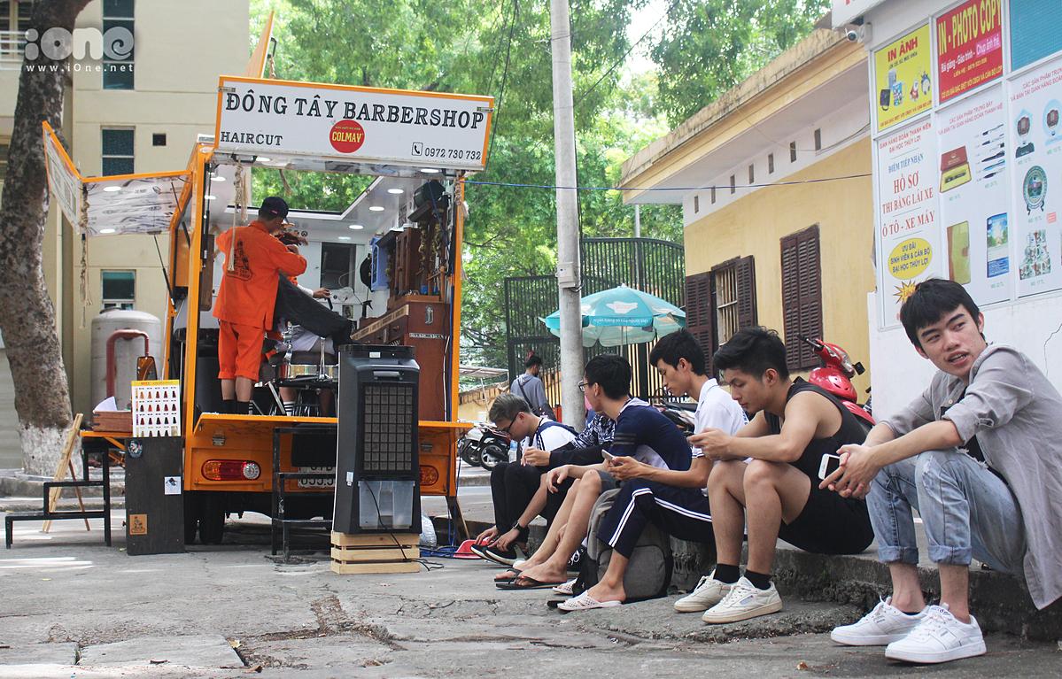 Nhiều sinh viên ngồi chờ tới lượt để được trải nghiệm tiệm cắt tóc 2.000 đồng..