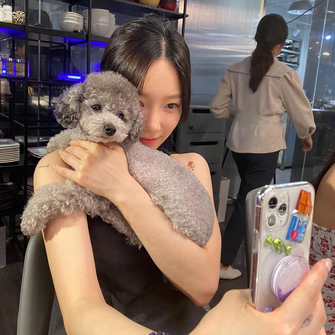 Tae Yeon ôm cún cưng chụp selfie. Cặp boss - sen có đôi mắt long lanh trong veo rất giống nhau.