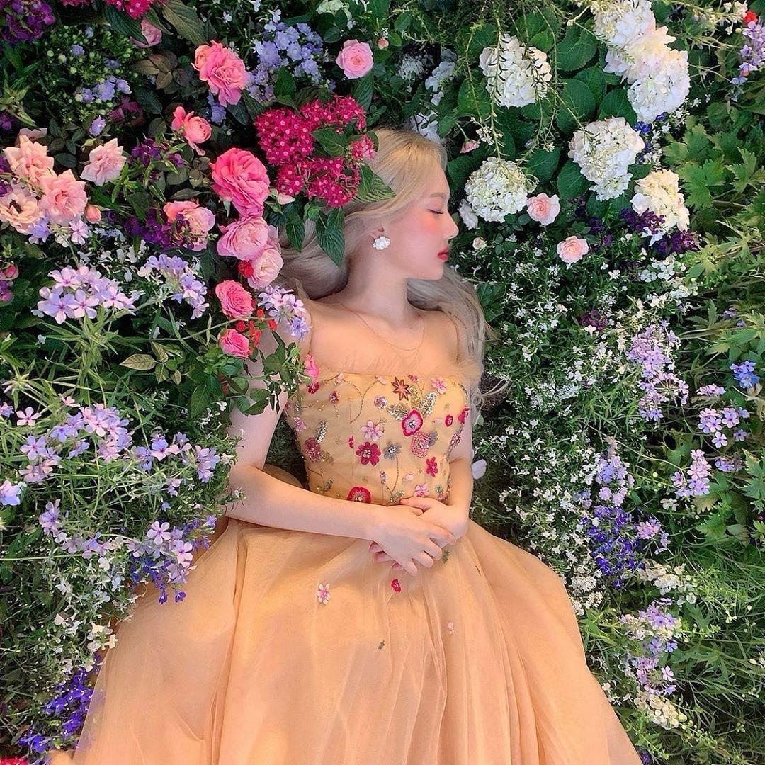 Ye Rin hóa công chúa ngủ giữa rừng hoa.