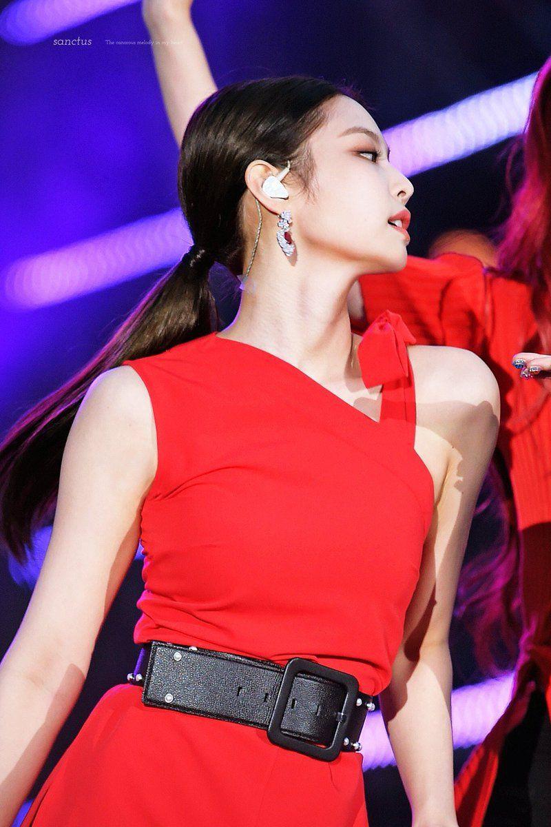 Khi diện gam màu này, Jennie thường kết hợp cùng tông đen để bớt chói, đồng thời tối giản trong khoản phụ kiện đi kèm.