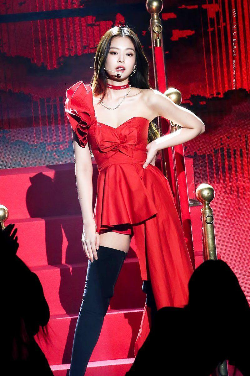 Vốn là tông màu nóng và chói, đỏ ít khi được các sao Hàn áp dụng vì có thể khiến người mặc trông sến sẩm. Dù vậy, trên sân khấu, đây vẫn là gam màu thường xuyên xuất hiện cùng Jennie.