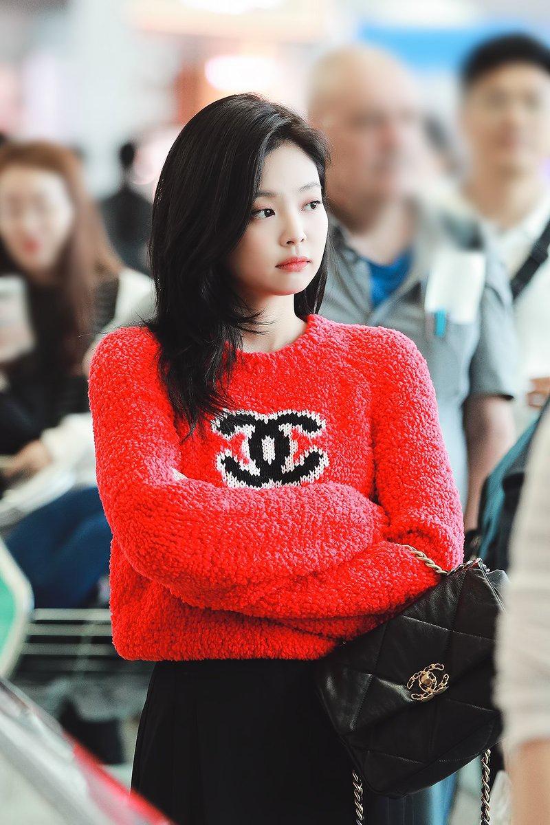 Tông màu rực rỡ không ít lần theo chân nữ idol ra sân bay, ra phố đời thường.