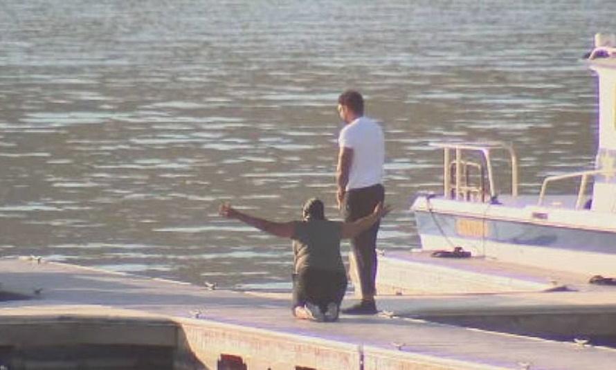 Mẹ của nữ diễn viên xấu số quỳ gối trên bờ hồ. Ảnh: ABC7