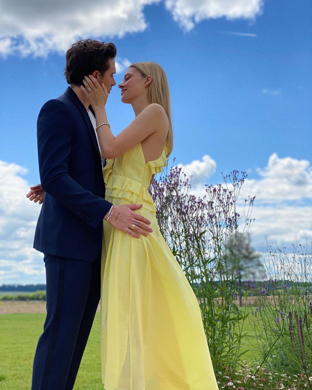 Cặp đôi khoe nhẫn đính hôn trong bức hình được chụp bởi Harper Beckham - cô em út của Brooklyn.