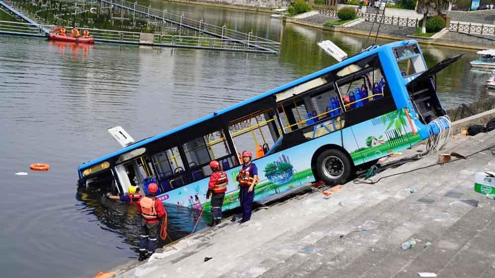 Tài xế cố tình lao xe bus chở 36 người xuống hồ để trả thù xã hội - 3