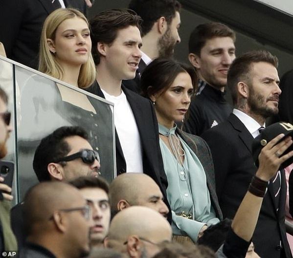 Gia đình Beckham rất ủng hộ mối quan hệ của Brooklyn và Nicola. Trong hình, đôi trẻ di xem bóng đá với vợ chồng Becks.