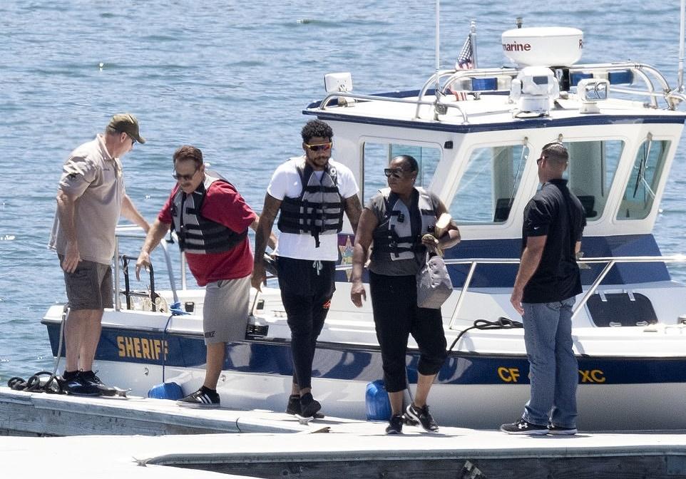 Mẹ và anh trai của Naya Rivera tham gia tìm kiếm cùng cảnh sát. Ảnh: Andy Johnstone/DailyMail.