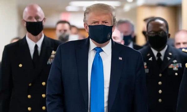Hình ảnh ông Trump đeo khẩu trang đi thăm người bệnh tại viện quân y.