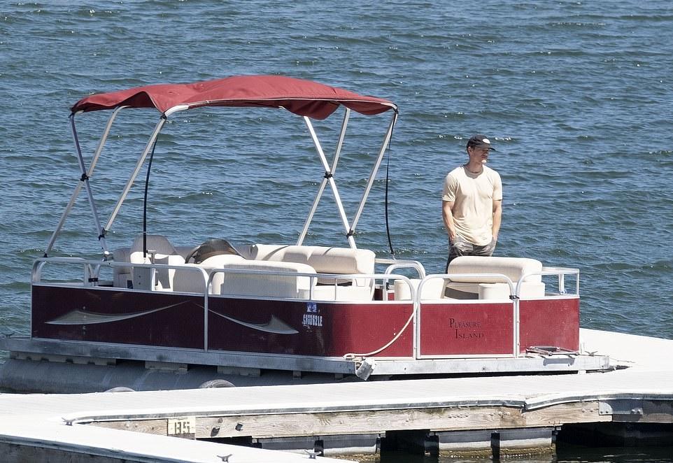Ryan Dorsey, chồng cũ của nữ diễn viên, đứng trên bến tàu gần hồ Piru theo dõi cuộc tìm kiếm.  Ảnh: Andy Johnstone/DailyMail