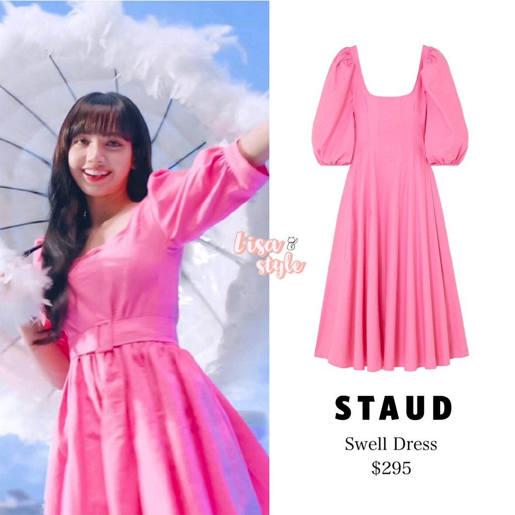 Lisa (Black Pink) diện váy tay bồng màu hồng phấn ngọt ngào trong một quảng cáo mới đây. Đây là thiết kế của thương hiệu Staud có giá khoảng 6,8 triệu đồng. Chiếc váy Lisa diện có thay đổi một chút ở phần ống tay và thêm thắt lưng cùng màu.