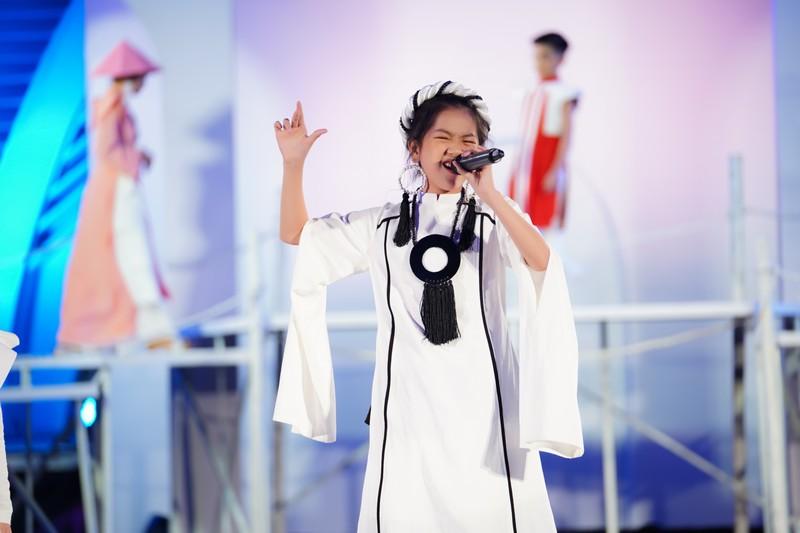 Quán quân Giọng hát Việt nhí 2019 - Kiều Minh Tâm trình diễn tại lễ công bố cuộc thi.
