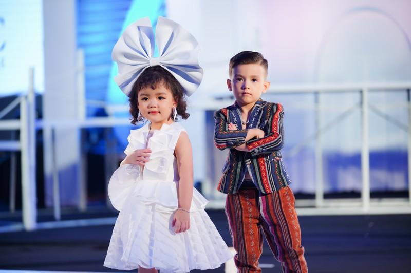 Người mẫu nhí và nhà thiết kế thời trang.