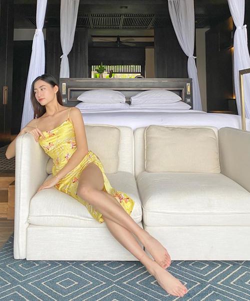Hoa hậu Lương Thùy Linh khoe chân dài trong chuyến nghỉ dưỡng mùa hè. Cô khoe đã hoàn thành 6 môn thi kết thúc kỳ ở đại học.