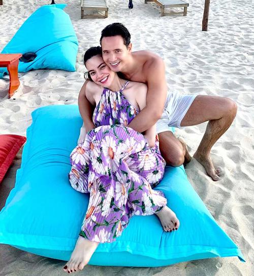 Hà Hồ mặc váy rộng che vòng hai, ôm nhau tình tứ với bạn trai Kim Lý. Nữ ca sĩ tiết lộ cô đang về quê Quảng Bình nghỉ ngơi.