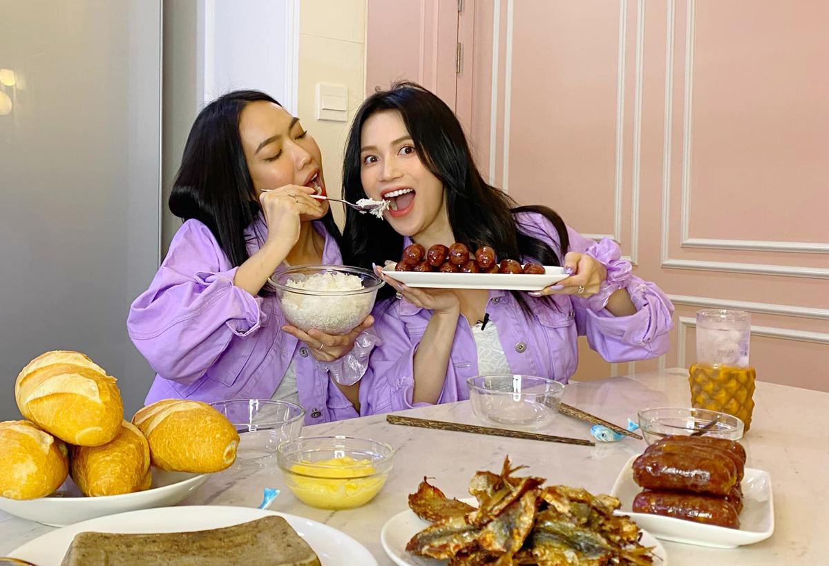 Diệu Nhi và Sĩ Thanh mặc đồ đôi, còn đút đồ ăn cho nhau kiểu chị chị em em rất tình cảm.